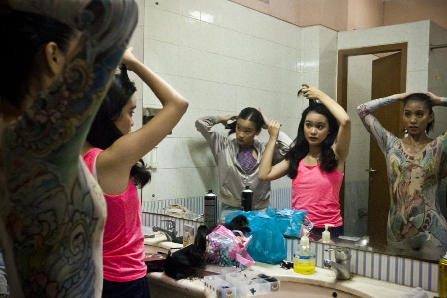 Girls prepare for their last rehearsal before the 'Dancing for the Future' performance. (JG Photo/Yudha Baskoro)