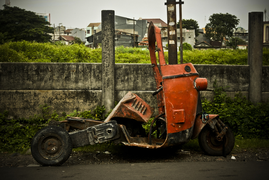 Old three-wheelers end their road in Gang Makmur, where they are left to dissolve away into rust. (JG Photo/Yudha Baskoro)