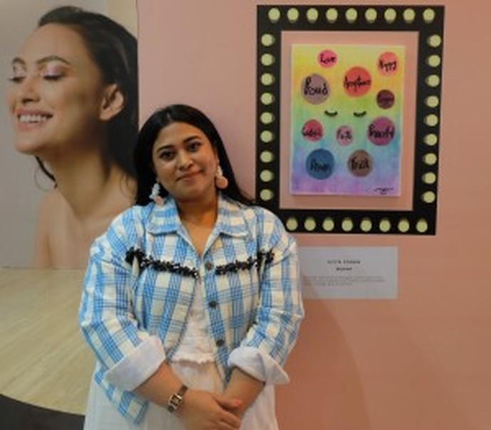 Ucita Pohan and her painting. (Photo courtesy of Magnifique PR)