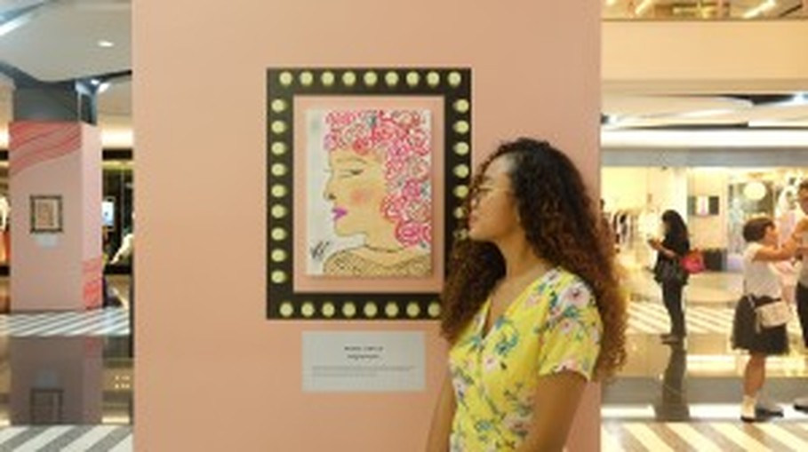 Agnes Oryza and her painting. (Photo courtesy of Magnifique PR)