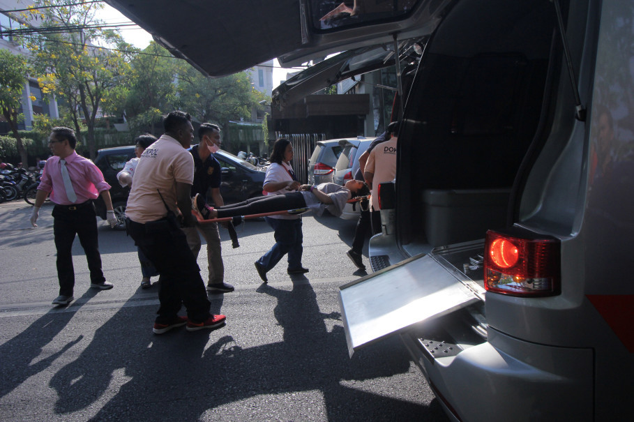 A person injured from a blast at the Indonesian Christian Church is evacuated to a waiting ambulance in Surabaya, East Java. (Antara Photo/Didik Suhartono)