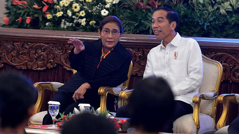 Susi and Jokowi participate in a meeting with fishermen at the State Palace in Jakarta on May 8. (Antara Photo/Wahyu Putro A)