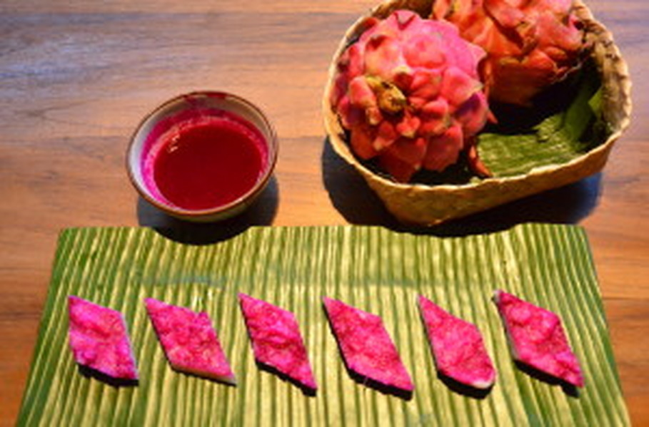 Kaum uses dragon fruit juice to naturally color 'serungkulun,' a coconut-based dessert. (JG Photo/Cahya Nugraha)