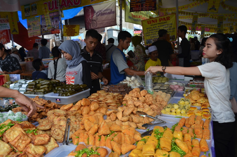 An assortment of fritters at Benhil Market. (JG Photo/Cahya Nugraha)