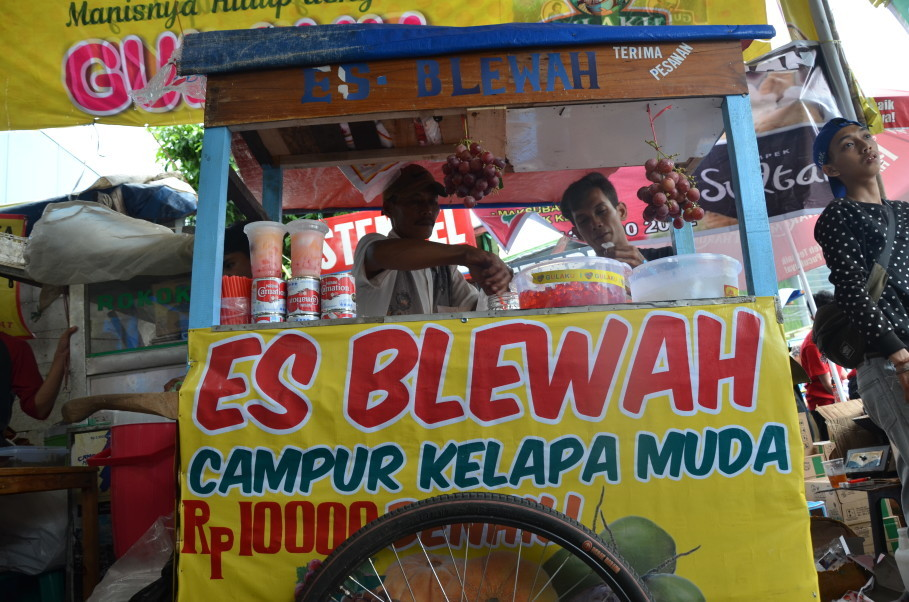 A large cup of Tatang's refreshing Es Blewah sets you back a mere Rp 10,000 (70 cents). (JG Photo/Cahya Nugraha)