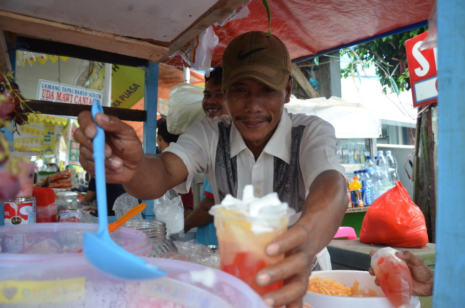 Tatang's Es Blewah is a big hit in Ramadan. (JG Photo/Cahya Nugraha)