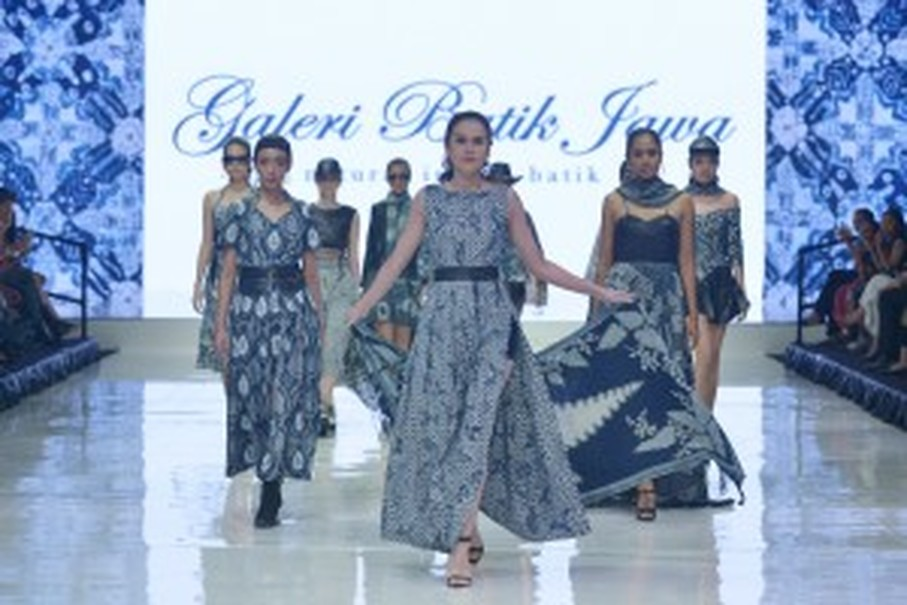 Models present a collection by Galeri Batik Jawa. (Photo courtesy of MKG)