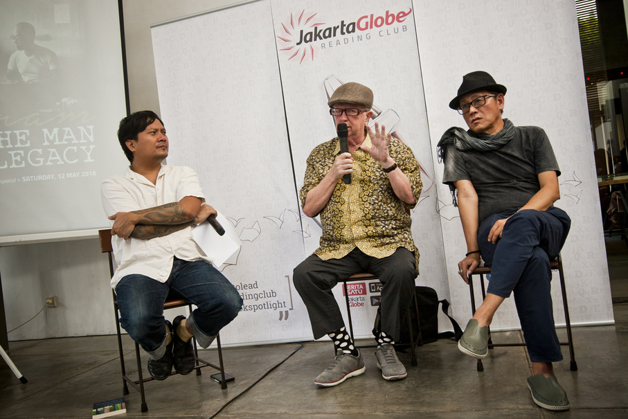 Pram's translator Max Lane, center, was 'recalled' by the Australian Embassy where he used to work for translating the Buru Quartet novels. (JG Photo/Yudha Baskoro)