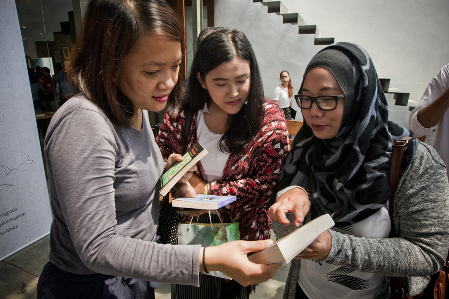 People swap books in both English and Indonesian. (JG Photo/Yudha Baskoro)