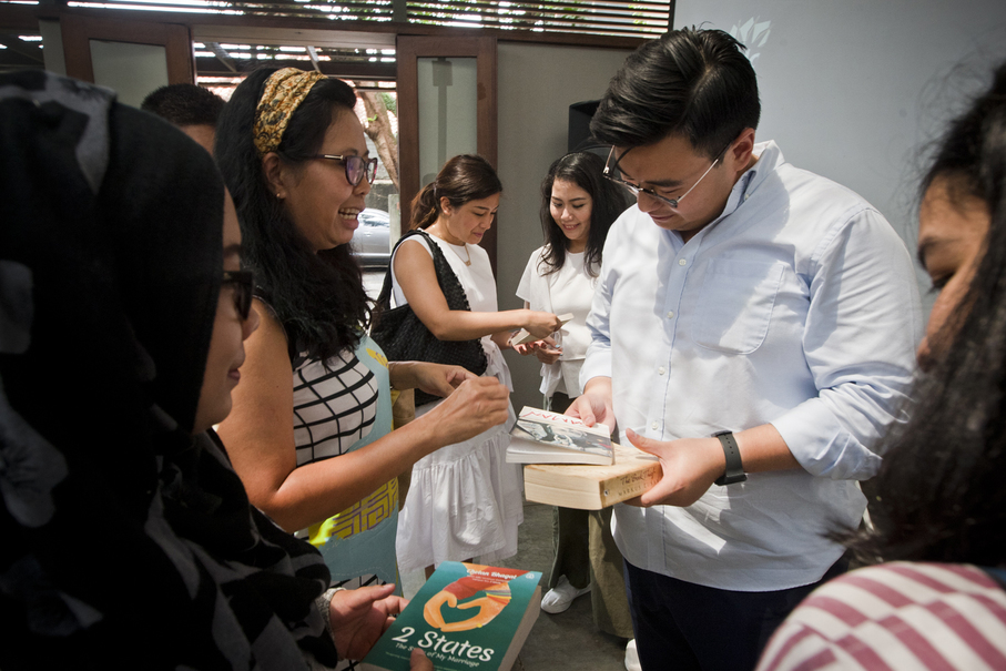 Beritasatu Media Holdings executive editor Anthony Wongsono joins the bookswap. (JG Photo/Yudha Baskoro)