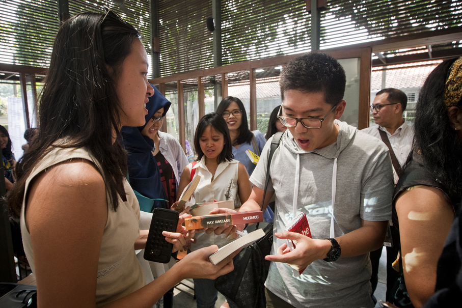 People swap books after the talk show. (JG Photo/Yudha Baskoro)