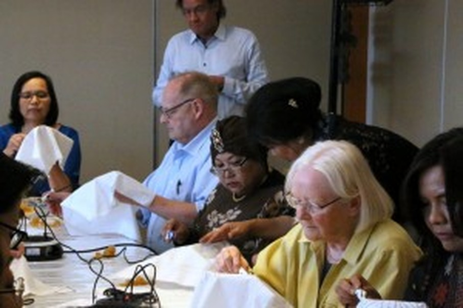 Participants join a Batik workshop in Stockholm, Sweden. (Photo courtesy of the Indonesian embassy in Sweden and Latvia)