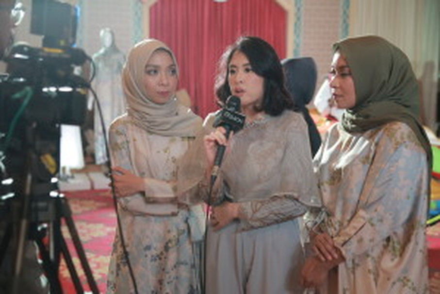 Istafiana Candarini, Nadya Karina and Afina Candarini are interviewed by a television station. (Photo courtesy of Kami)