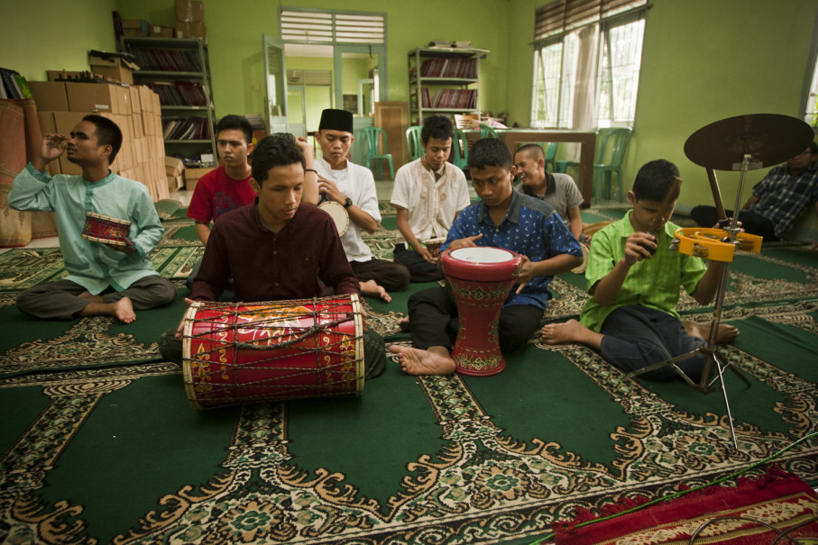 Students perform religious music on drums and tambourines. (JG Photo/Yudha Baskoro)