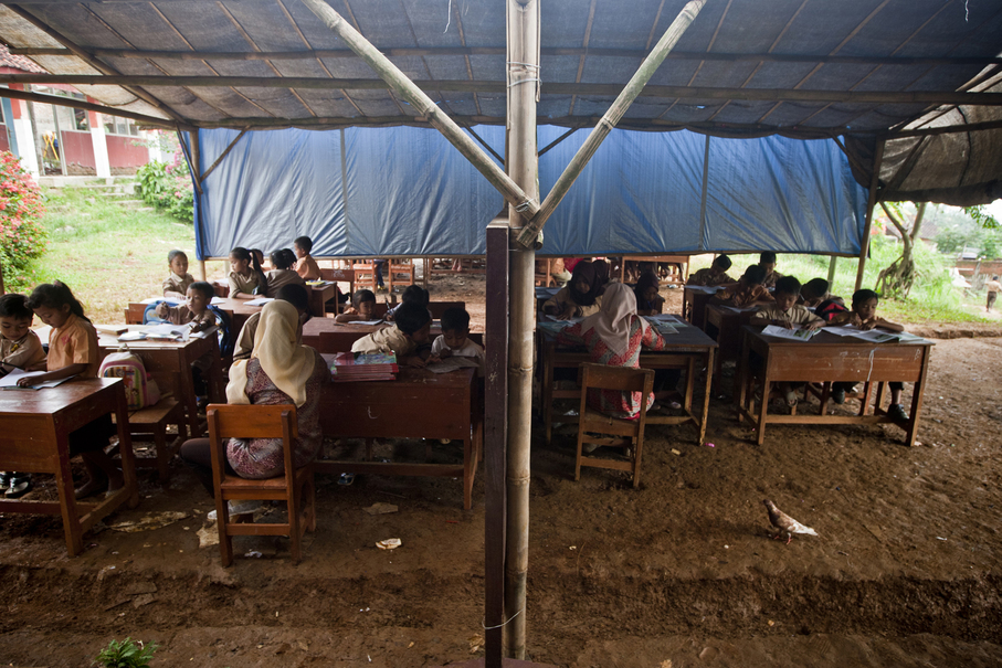 The outdoor classroom is covered only by a thin layer of tarpaulin. (JG Photo / Yudha Baskoro)