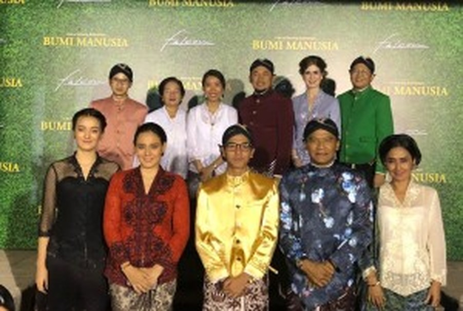 The cast and crew of 'Bumi Manusia' the movie at a press conference in Yogyakarta on Thursday (25/05). (JG Photo/Lisa Siregar)