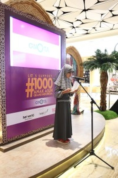 Zahra, nine years old, fourth grader of State Elementary School Kampung Bali, also a GNOTA scholarship recipient, reads a poem at Grand Indonesia. (Photo courtesy of Grand Indonesia)