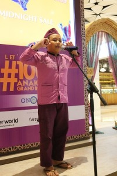 Muhammad Fariz Ridwan, 10, a fifth-grader from State Elementary School Kampung Bali, enrolled in the GNOTA program, reads a poem at Grand Indonesia in Jakarta on Friday (18/05). (Photo courtesy of Grand Indonesia)