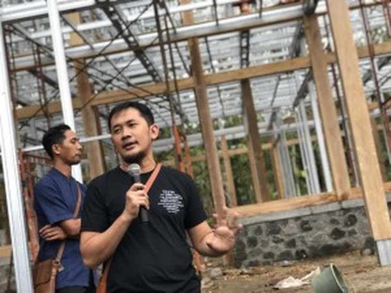 Bumi Manusia director Hanung Bramantyo in front of the set for 'Borderij Buitenzorg,' Nyai Ontosoroh's farm house in the novel. (JG Photo/Lisa Siregar)