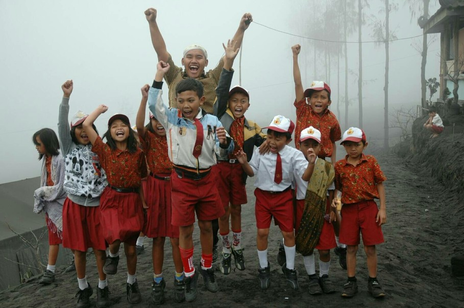 Primary school children in East Java. (Photo courtesy of Book for Mountain)
