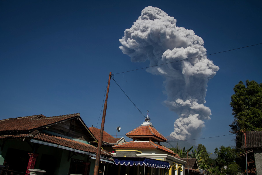 Mount Merapi releases volcanic material during a phreatic eruption, seen from Cepogo in Boyolali district, Central Java, on Friday (01/06). (Antara Photo/Mohammad Ayudha)