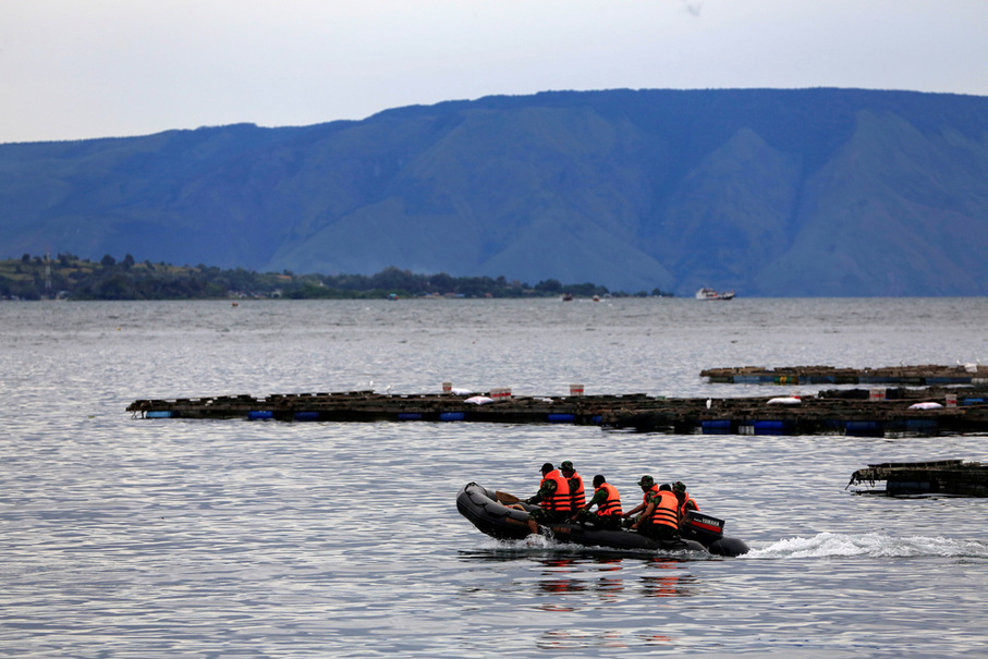 A search and rescue team heads out to look for missing passengers. (Reuters Photo/Beawiharta)