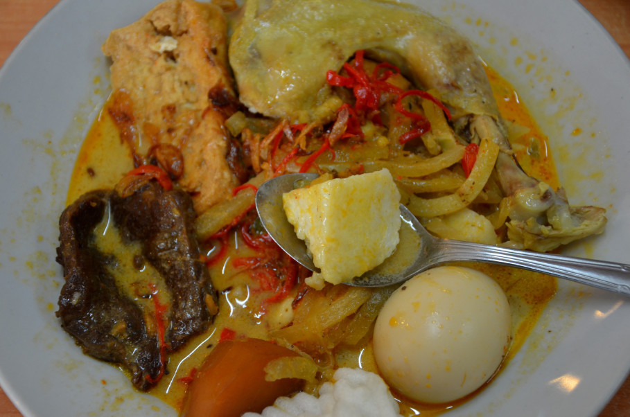 Ketupat Ci Eng's complete rice cake dish is available every day. (JG Photo/Cahya Nugraha)