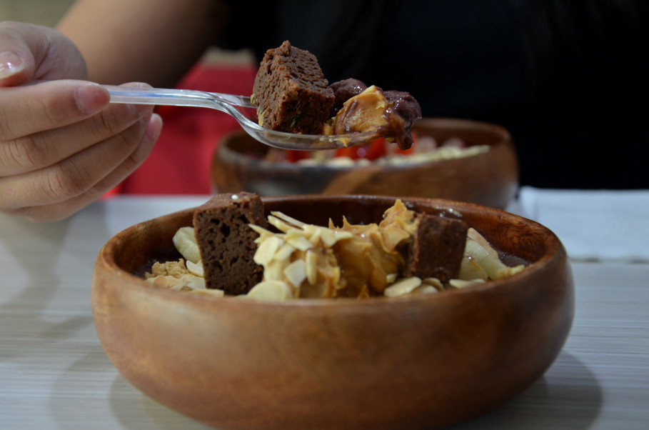 Acai BAR's Dark Side acai bowl features homemade brownies. (JG Photo Cahya Nugraha)