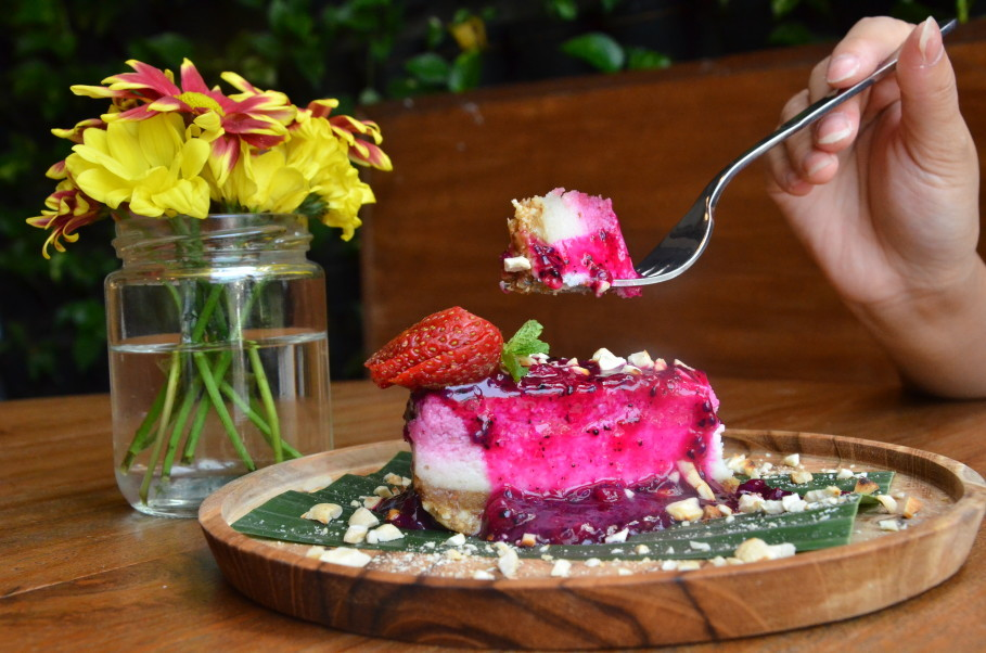 Burgreen's Raw Strawberry Cheesecake features a dragonfruit and basil seed sauce. (JG Photo/Cahya Nugraha)