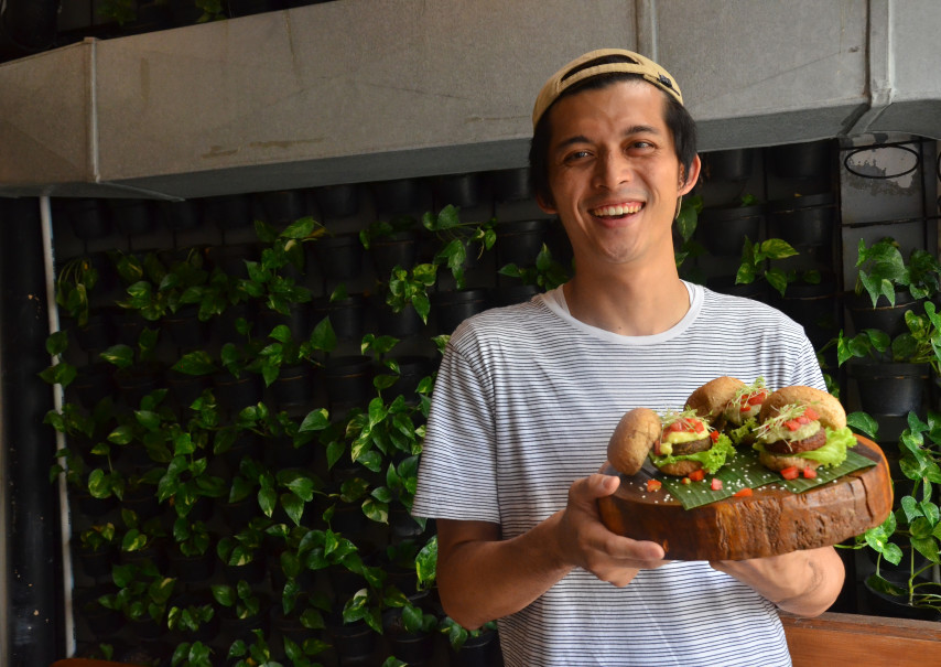 Co-founder of Burgreens Max Mandias with his original vegetarian burgers. (JG Photo/Cahya Nugraha)