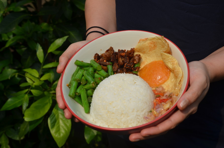 Feel Good Food's bestseller is their meatless sambal matah rice bowl, which features a vegan egg. (JG Photo/Cahya Nugraha)