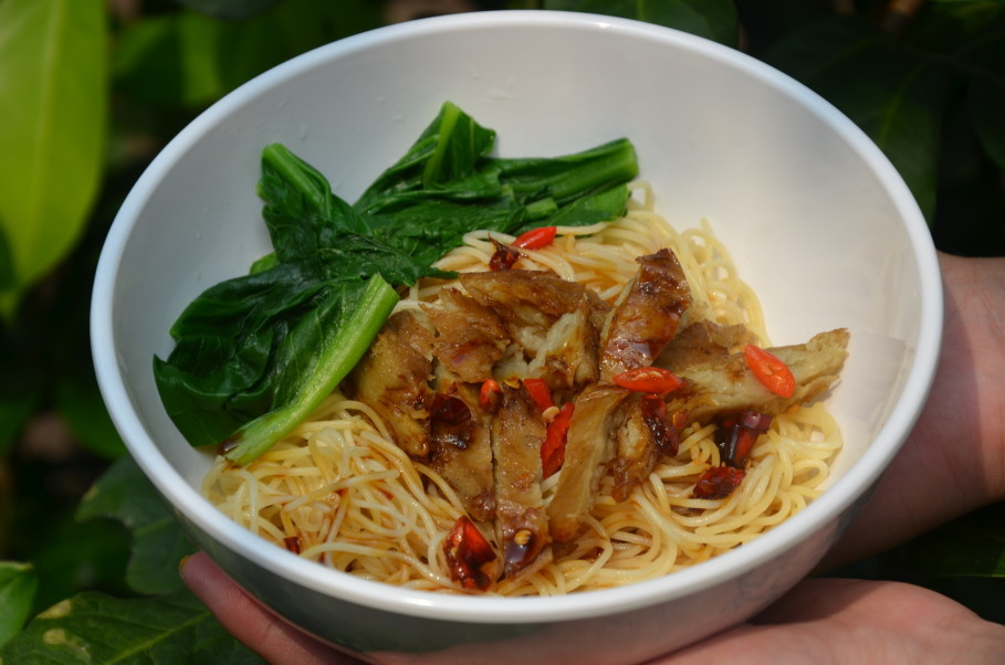 Feel Good Food's grain noodles with spicy 'duck.' (JG Photo/Cahya Nugraha)