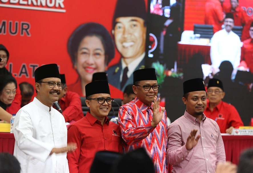 Nurdin Abdullah, second right, and running mate Andi Sudirman Sulaiman, right, are backed by PDI-P. (SP Photo/Joanito De Saojoao)