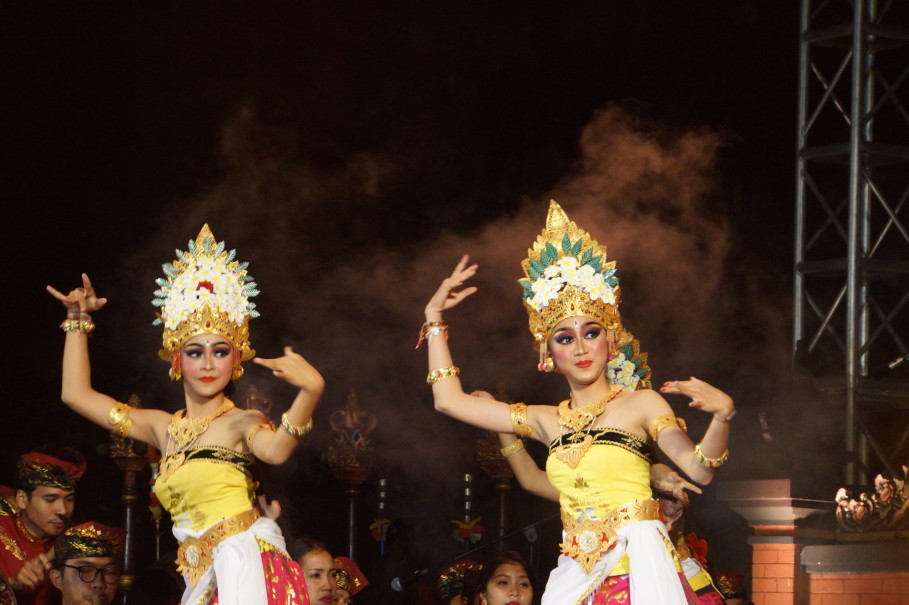 Traditional Balinese dance 'Sekar Jepun' ('frangipani flower') performed at the opening ceremony of the Bali & Beyond Travel Fair at the Garuda Wisnu Kencana (GWK) cultural park in Badung, Bali, on Wednesday night (27/06). (JG Photo/Dhania Sarahtika)