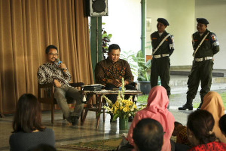 Professor Sumanto Al Qurtuby speaking during a discussion in Yogyakarta on June 1. (JG Photo/Yudha Baskoro)