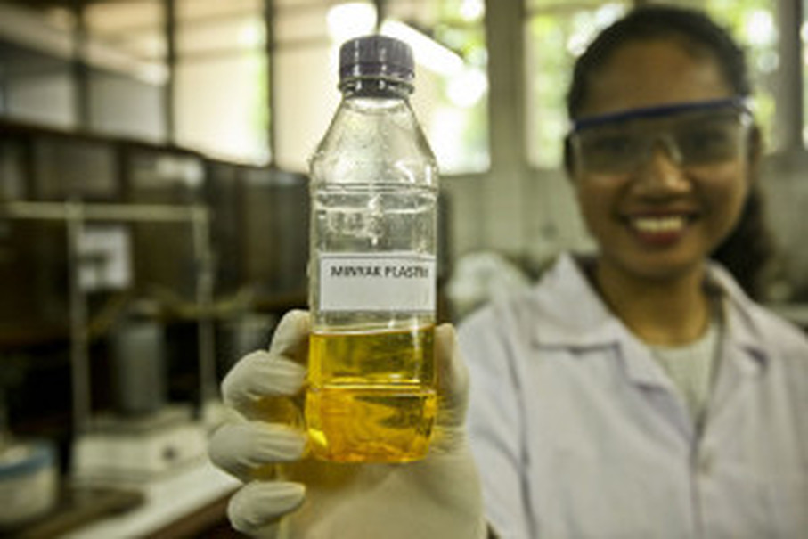 Ujo presents fuel extracted from plastic waste. (JG Photo/Yudha Baskoro)