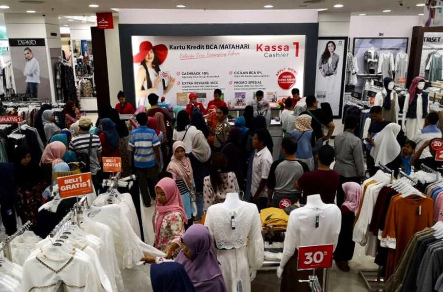 Some of the more than 30,000 customers who flocked the Matahari's newest outlet in Cilegon, Banten, on Friday (01/06). (Photo courtesy of Matahari Department Store)