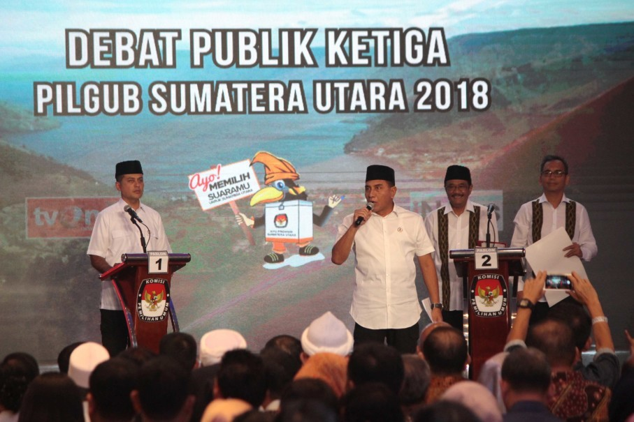Edy, second left, speaks during a gubernatorial debate with Djarot, second right, in Medan on Tuesday (19/06). (Antara Photo/Septianda Perdana)