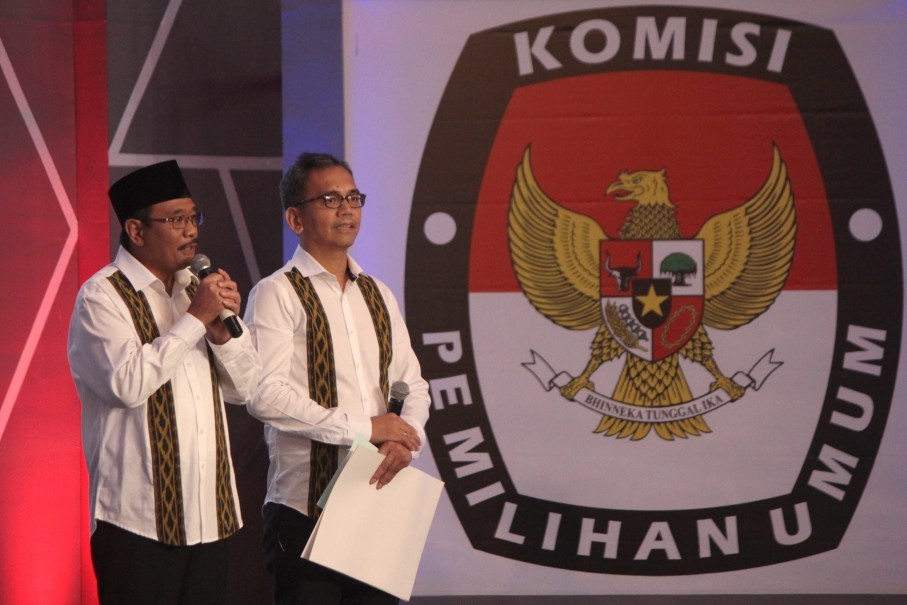 Djarot and Sihar present their program during the gubernatorial debate in Medan on Tuesday (19/06). (Antara Photo/Septianda Perdana)