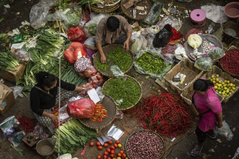 The prices of staples such as beef, chicken and chili, have been uncharacteristically low for this time of the year. (Antara Photo/Aprillio Akbar)
