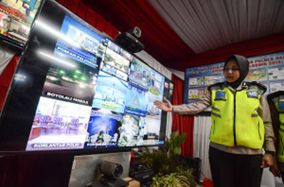 A policewoman monitoring traffic at a surveillance center in Cileunyi, West Java. (Antara Photo/Raisan Al Farisi)