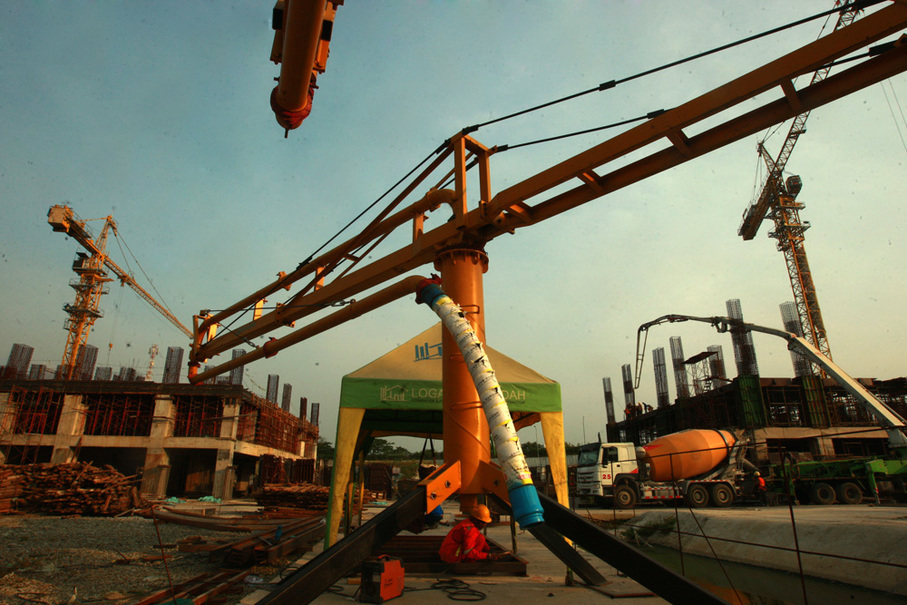 A worker prepares to weld two steel beams together on the project site. (JG Photo/Yudhi Sukma Wijaya)