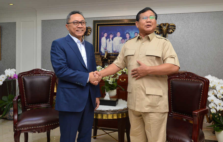 Prabowo meets with Zulkifli Hasan, left, on Tuesday (17/07). (Antara Photo/Wahyu Putro A)