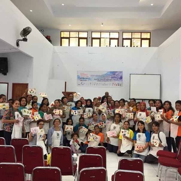 Ganara's 'Mari Berbagi Seni' ('Let's Share Art') program train teachers in Ambon to paint using food colorings. (Photo courtesy of Ganara Art Studio)