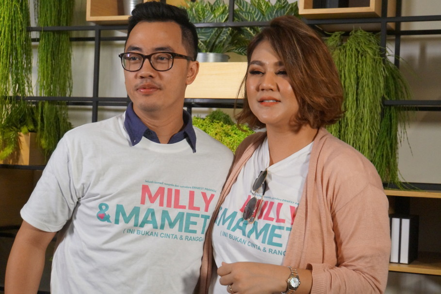 Dennis Adhiswara, left, as Mamet and his on-screen wife, Milly (Sissy Prescillia). (JG Photo/Dhania Sarahtika)