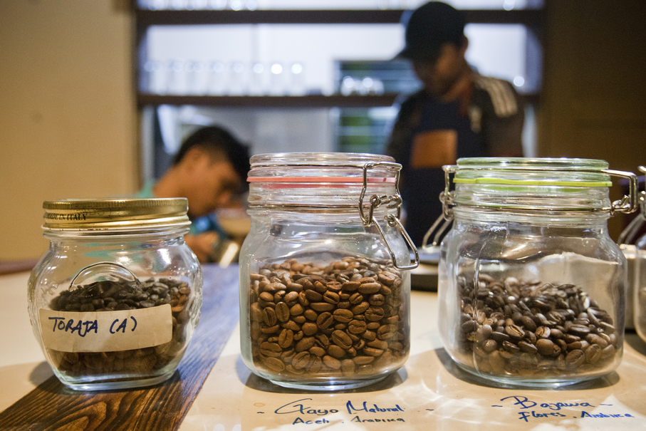 He says making coffee without hands does not mean it is made without love. (JG Photo/Yudha Baskoro)