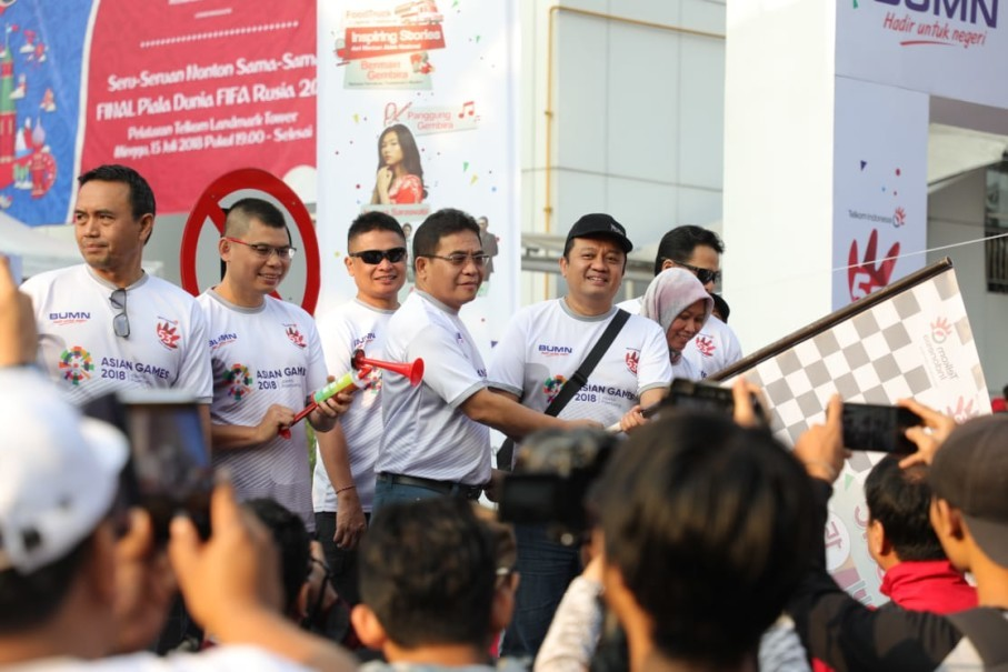 Telkom president director Alex J. Sinaga, fourth from left, State-Owned Enterprises Ministry deputy Erwin Hidayat Abdullah, third from right, former boxer Chris John and members of Telkom's board of directors seen at the start of FUNtastic Day 2018 at the Telkom Landmark Tower in Jakarta on Sunday. (Photo courtesy of Telkom)