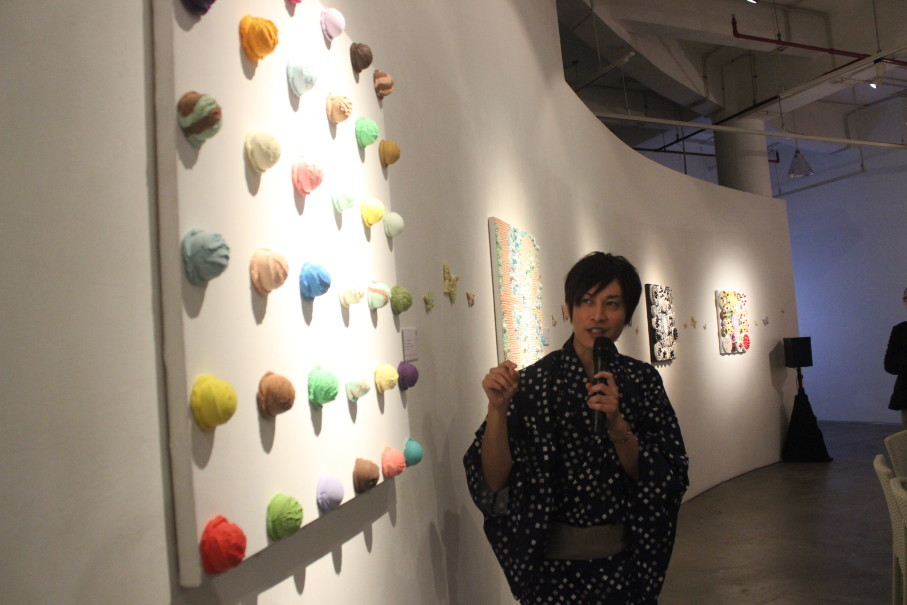 Osamu Watanabe explains one of his artworks to visitors. (Photo Courtesy of Art:1 New Museum)