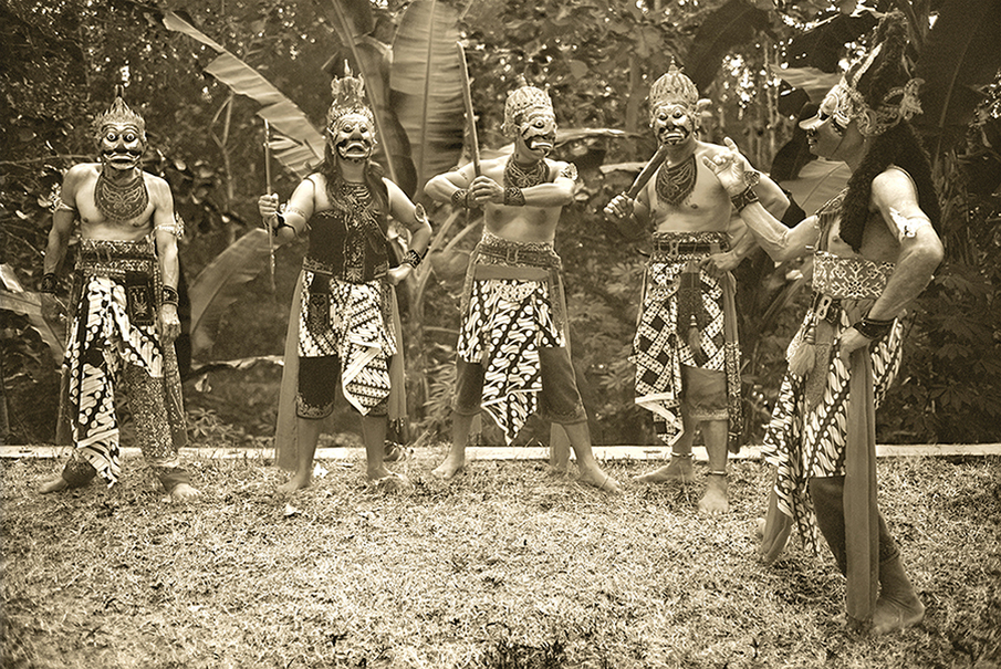 'Bolo Bantarangin' by Diego Zapatero. The photo shows actors playing as soldiers of Prabu Klono, the enemy of Inu Kertapati, in Javanese Panji stories. (Photo courtesy of Diego Zapatero)