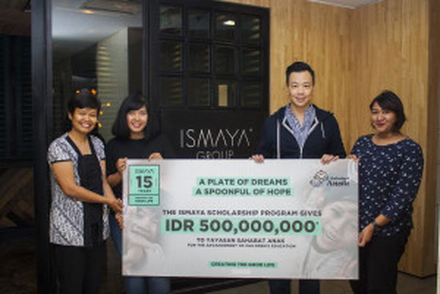 Sherly Basri, right, presents Rp 500 million to representatives of Yayasan Sahabat Anak. (Photo courtesy of Ismaya Group)